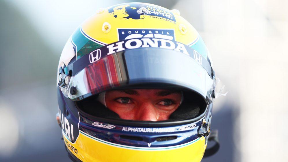 Gasly dona il casco del gp di Imola alla Fondazione Ayrton Senna.