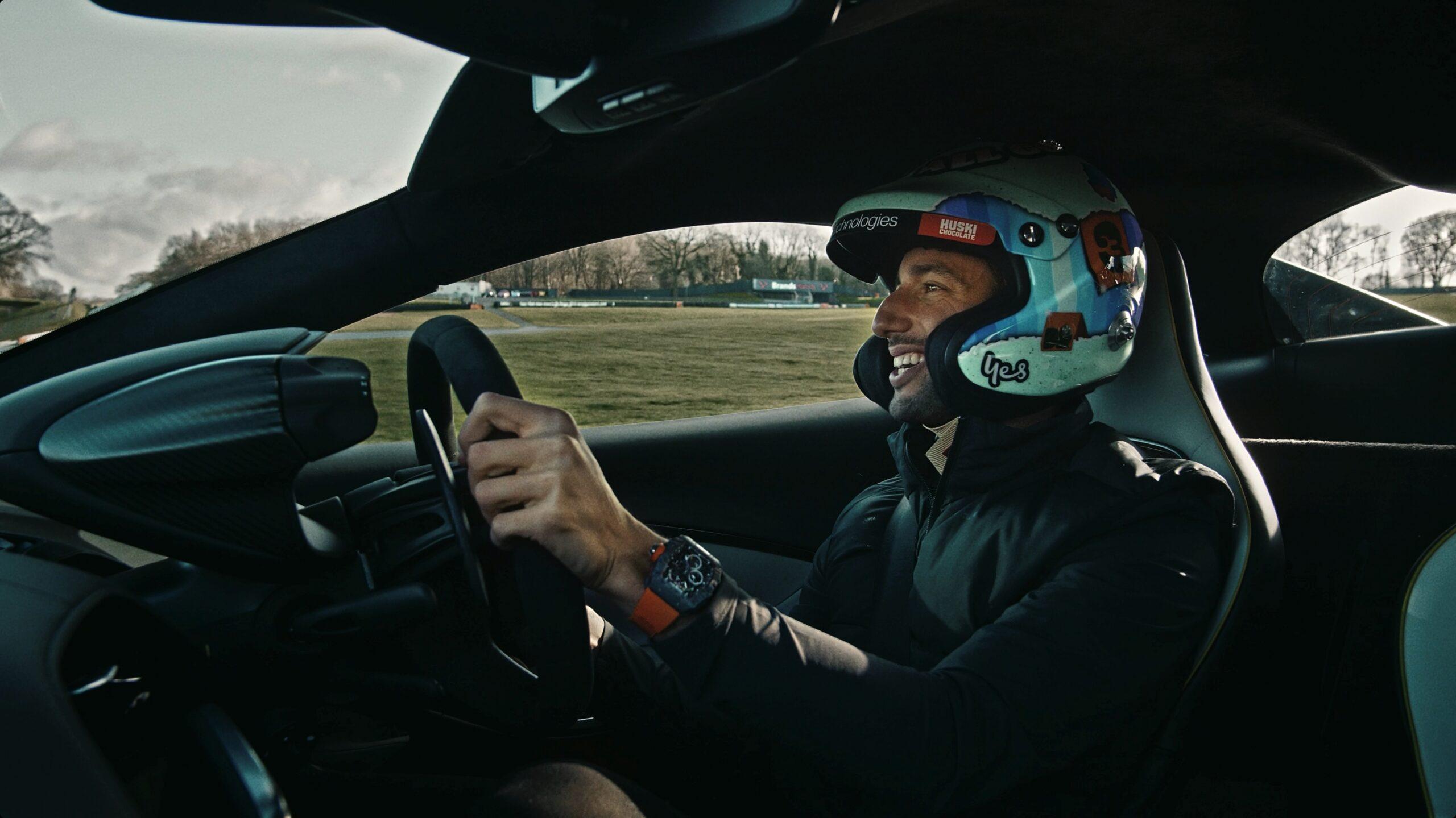 Ricciardo, pilota di F1, ha provato in anteprima la nuova McLaren Artura.