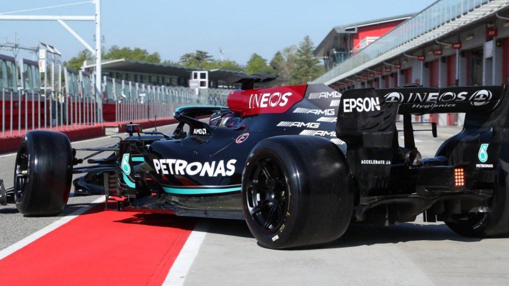 Mercedes F1 in pista con le gomme da 18 pollici.