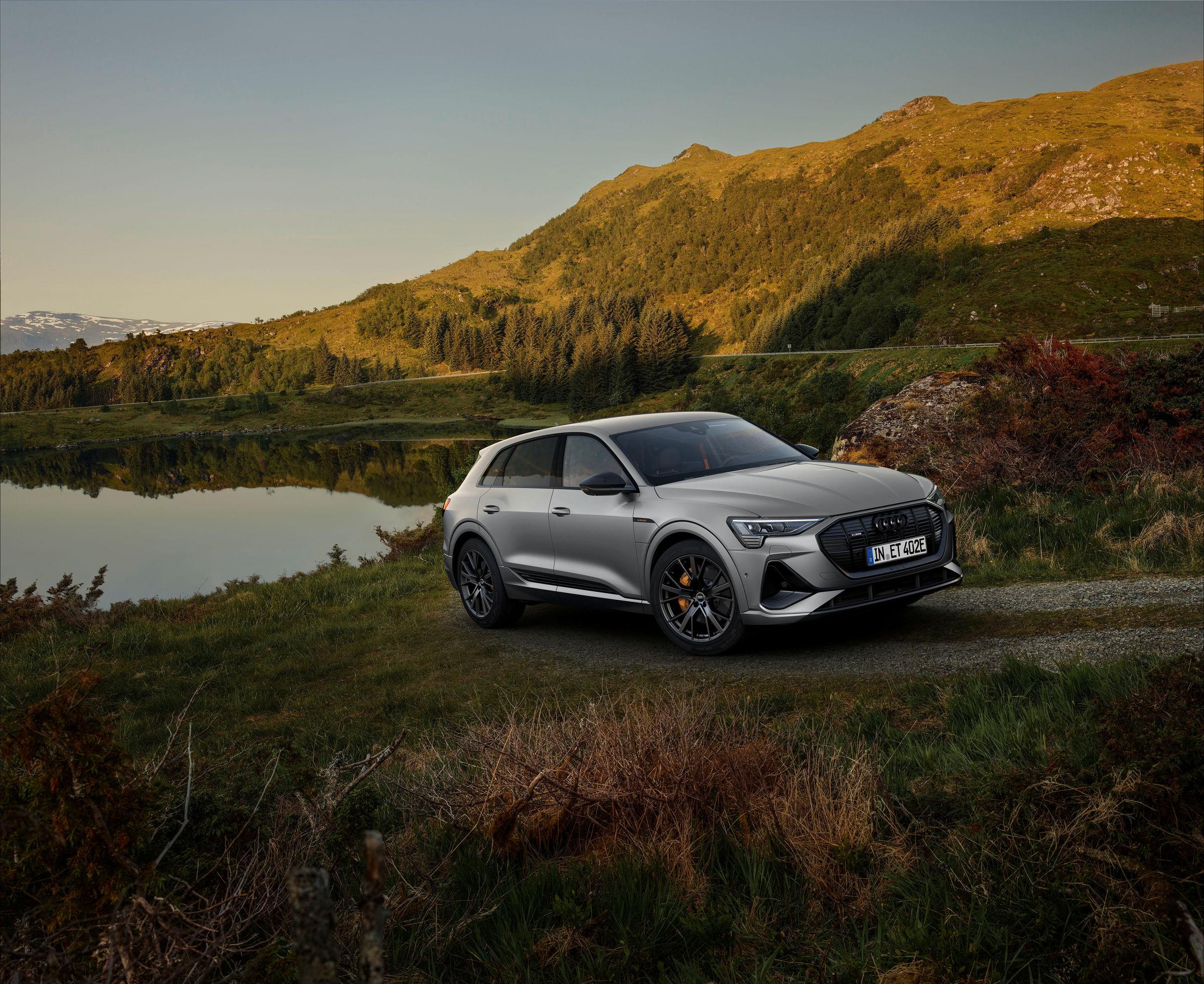 Nuove Audi e-tron S line black edition: 408 CV per le vetture elettriche.