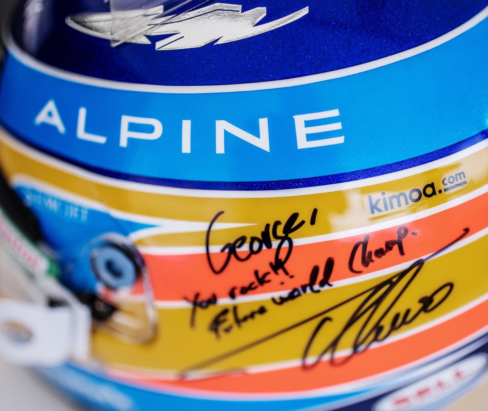 Alonso regala il suo casco a George Russell.