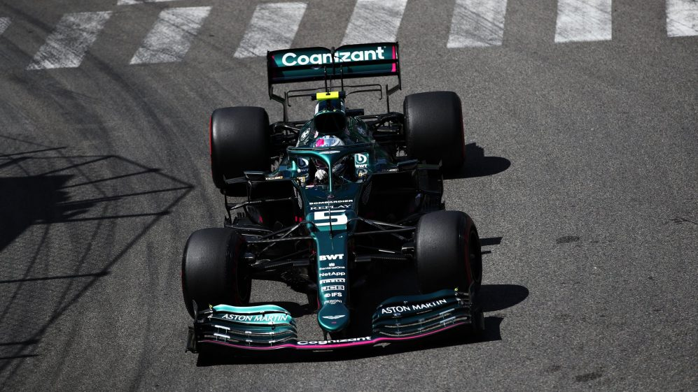 Vettel cambia il debriefing dell'Aston Martin.