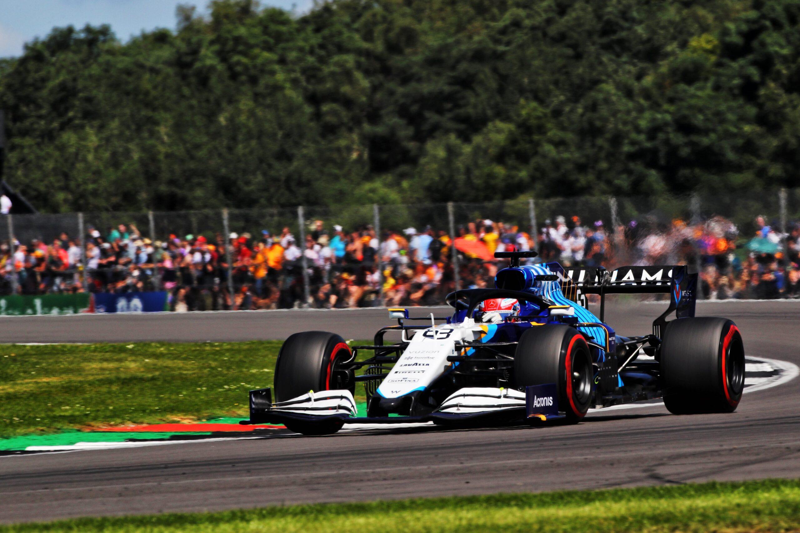 Russell penalizzato di tre posizioni, Sainz sale in decima posizione.