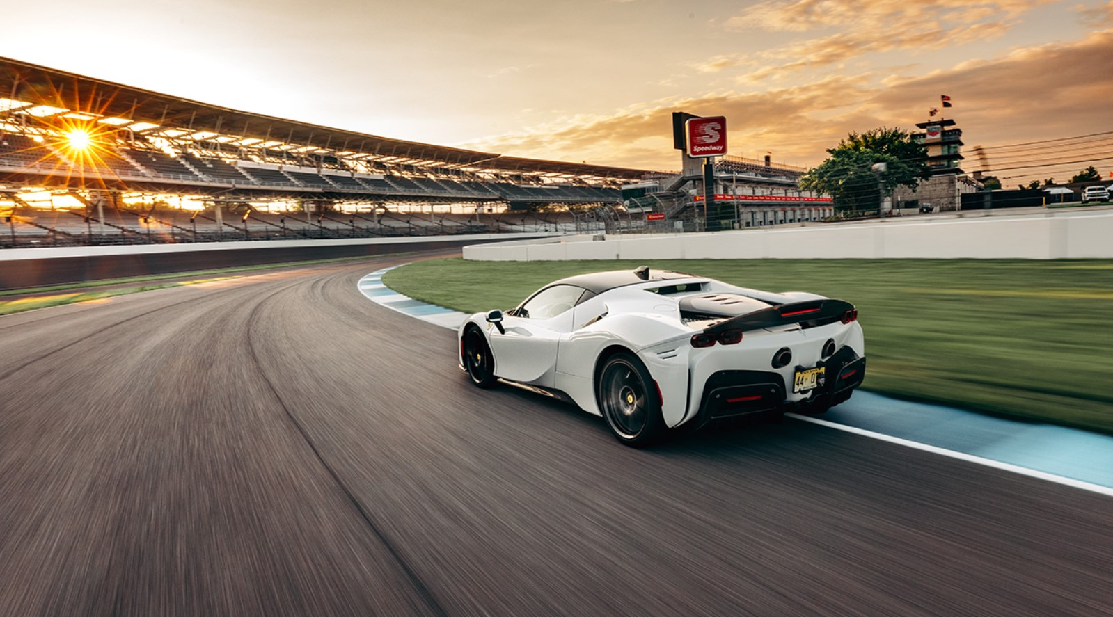 La Ferrari SF90 Stradale stabilisce il record sul giro per un'auto di serie a Indianapolis
