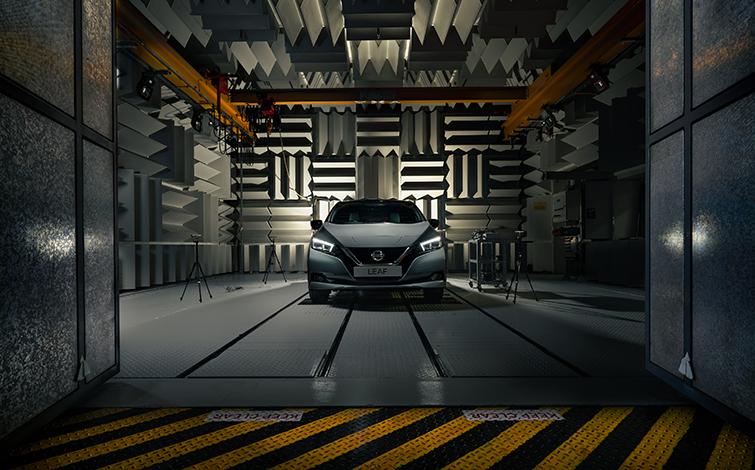 """Nissan Leaf, l'elettrica che """"canta""""."""