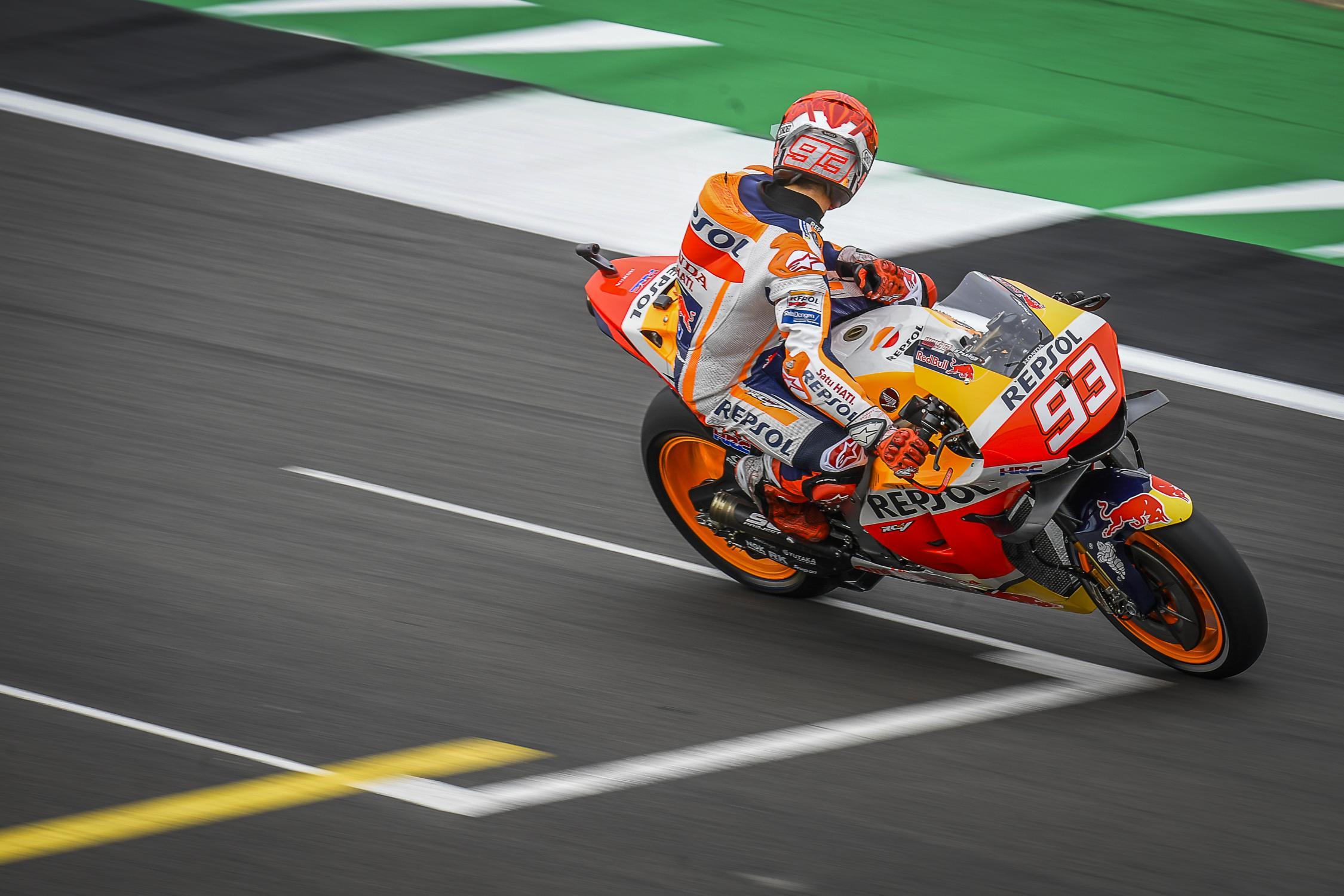 FP1 di Silverstone: Marc Marquez piazza il miglior tempo e poi finisce a terra a 270 km/h.