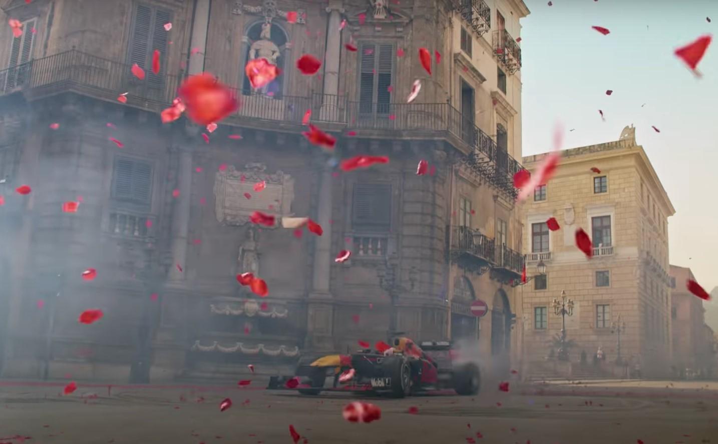 Verstappen sfreccia per le strade di Palermo.
