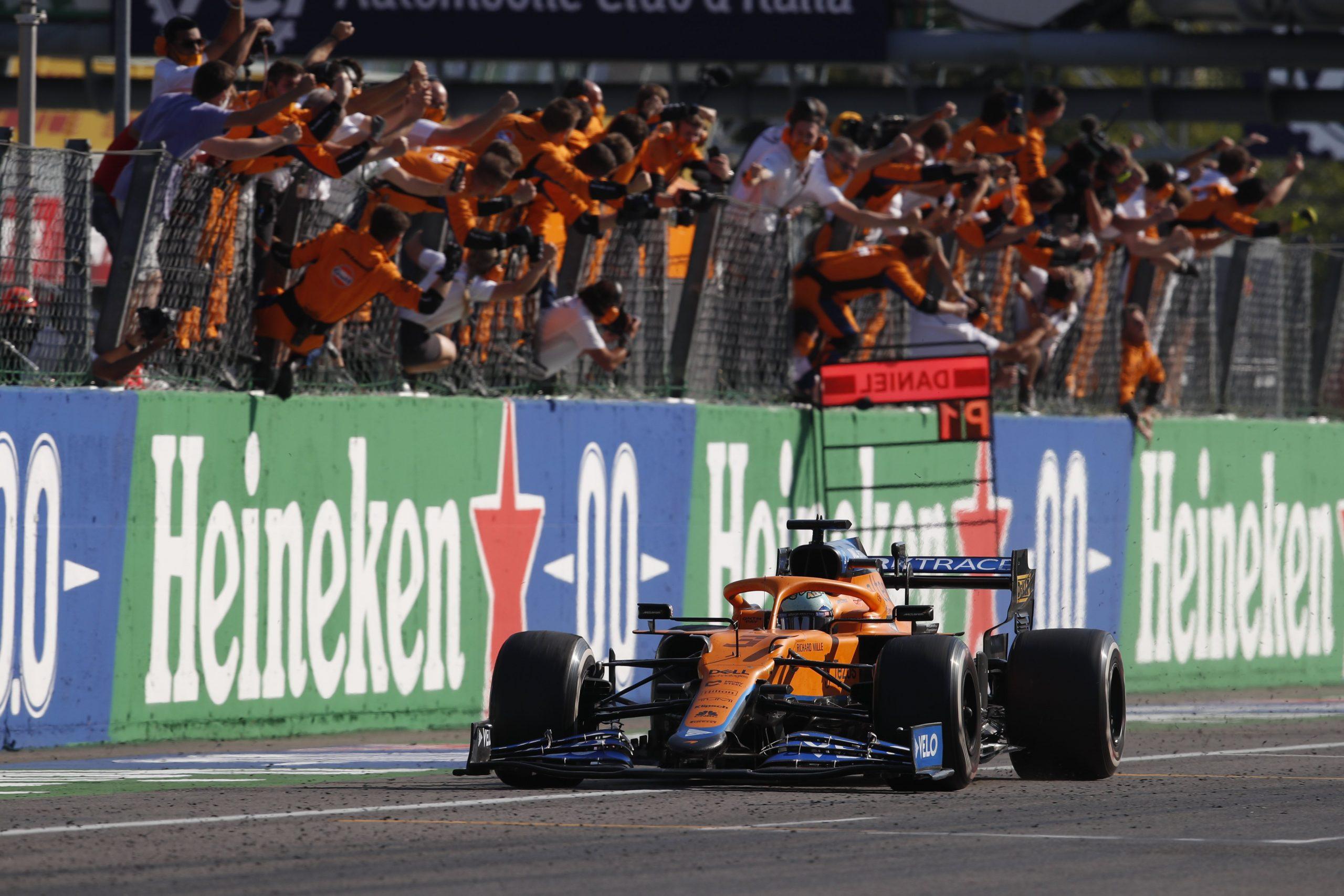 Gara, Gp d'Italia: Daniel Ricciardo vince. Ferrari 4° e 6°. Hamilton e Verstappen si toccano di nuovo e si ritirano.