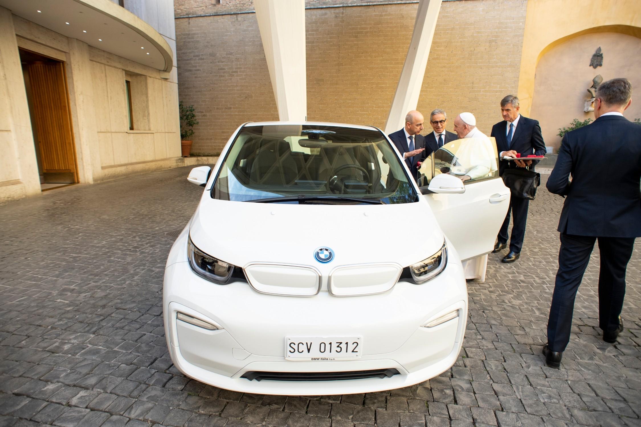 BMW ha donato una i3 al Papa.